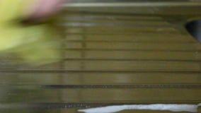 Lavaggi umani della mano con le superfici di metallo della spugna archivi video