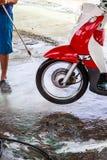 Lavaggio ad acqua del motociclo della ruota la pressione. Fotografie Stock Libere da Diritti