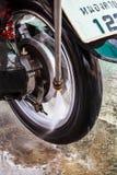 Lavaggio ad acqua del motociclo della ruota la pressione. Fotografia Stock Libera da Diritti