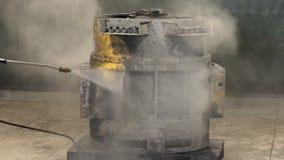 Lavaggio ad alta pressione nella fabbrica il lavoratore pulisce il motore del camion lavaggio ad alta pressione stock footage