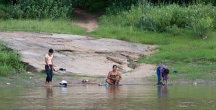 Lavaggio birmano delle donne nel fiume di Irrawaddy fotografie stock