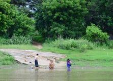 Lavaggio birmano delle donne nel fiume di Irrawaddy fotografia stock
