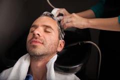 Lavaggio dei capelli ad un salone di capelli fotografia stock libera da diritti