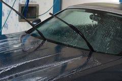 Lavaggio dell'automobile con la pulizia di pressione di alta marea fotografia stock