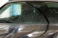 Lavaggio dell'automobile con la pulizia di pressione di alta marea immagini stock