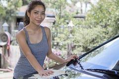 Lavaggio dell'automobile con una signora immagine stock