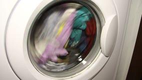 Lavaggio della biancheria intima nella lavatrice video d archivio