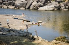 Lavaggio della gente e lavare i loro vestiti nel fiume Hampi, India 8 febbraio 2009 immagine stock libera da diritti