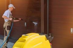 Lavaggio della porta del garage Fotografia Stock Libera da Diritti