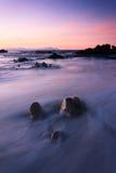 Lavaggio delle onde sopra la roccia Fotografie Stock