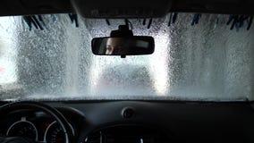 Lavaggio di automobile automatico all'interno Nello specchio sono gli occhi delle donne 4K Mo lento archivi video