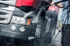 Lavaggio di pressione del camion dei semi immagine stock libera da diritti