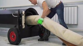 Lavaggio e pulizia automatici dei tappeti Linea industriale per lavare i tappeti stock footage