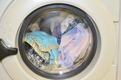 Lavaggio in una lavatrice fotografia stock libera da diritti