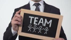 Lavagna attinta membri del team in mani dell'uomo d'affari, cooperazione sul progetto archivi video