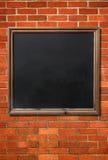 Lavagna in bianco del menu su un muro di mattoni. Immagini Stock Libere da Diritti
