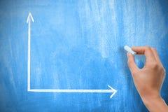 Lavagna blu vuota o in bianco con un grafico e una mano di due assi Fotografia Stock