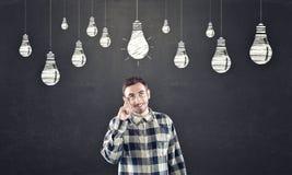 Lavagna con il disegno di gesso della lampadina sopraelevato Fotografia Stock