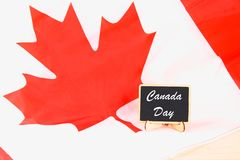 Lavagna con il giorno felice del Canada di parola sulla bandiera nazionale Festività del 1° luglio Fotografia Stock Libera da Diritti