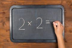 Lavagna con l'equazione ed il gesso di per la matematica a disposizione Immagini Stock Libere da Diritti