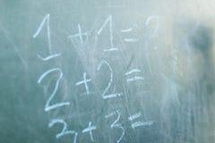 Lavagna con la struttura di legno e la domanda di matematica del testo Fotografia Stock