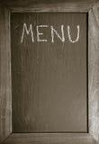 Lavagna con la struttura di legno per il ristorante con il fondo del modello della disposizione del menu del testo scritto Immagine Stock