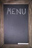 Lavagna con la struttura di legno per il ristorante con il fondo del modello della disposizione del menu del testo scritto Fotografia Stock