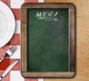 Lavagna del menu sulla tovaglia controllata rossa Fotografie Stock Libere da Diritti