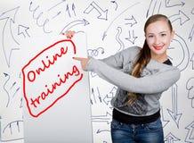 Lavagna della tenuta della giovane donna con la parola di scrittura: addestramento online Tecnologia, Internet, affare e vendita Immagine Stock