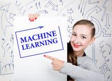 Lavagna della tenuta della giovane donna con la parola di scrittura: apprendimento automatico Tecnologia, Internet, affare e vend Immagine Stock Libera da Diritti