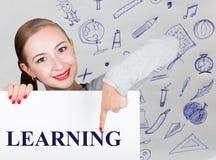 Lavagna della tenuta della giovane donna con la parola di scrittura: apprendimento Tecnologia, Internet, affare e vendita Immagine Stock