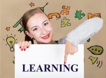 Lavagna della tenuta della giovane donna con la parola di scrittura: apprendimento Tecnologia, Internet, affare e vendita Fotografie Stock Libere da Diritti