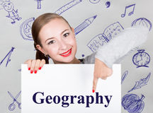 Lavagna della tenuta della giovane donna con la parola di scrittura: geografia Tecnologia, Internet, affare e vendita Fotografia Stock Libera da Diritti