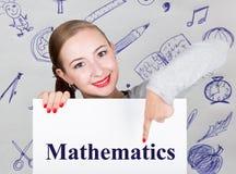 Lavagna della tenuta della giovane donna con la parola di scrittura: matematica Tecnologia, Internet, affare e vendita Fotografie Stock Libere da Diritti