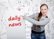 Lavagna della tenuta della giovane donna con la parola di scrittura: notizie quotidiane Tecnologia, Internet, affare e vendita Immagine Stock Libera da Diritti