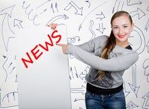Lavagna della tenuta della giovane donna con la parola di scrittura: notizie Tecnologia, Internet, affare e vendita Immagini Stock Libere da Diritti