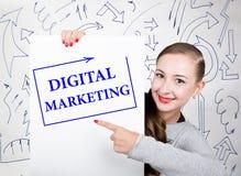 Lavagna della tenuta della giovane donna con la parola di scrittura: vendita digitale Tecnologia, Internet, affare e vendita Immagine Stock