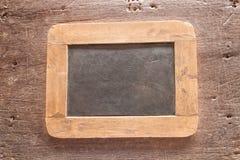Lavagna incorniciata legno sopra vecchio fondo di legno Stile dell'annata Immagine Stock