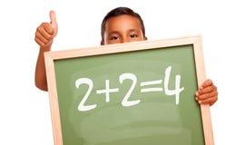 Lavagna ispanica della holding del ragazzo con l'equazione Fotografie Stock