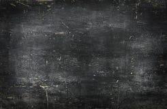 Lavagna nera in bianco vuota con le tracce del gesso Immagini Stock Libere da Diritti