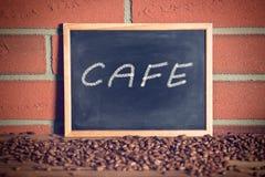 Lavagna nera con i chicchi di caffè Immagini Stock Libere da Diritti