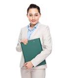 Lavagna per appunti asiatica della tenuta della donna di affari Immagine Stock