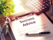 Lavagna per appunti con il concetto di consiglio di successo 3d illustrazione di stock