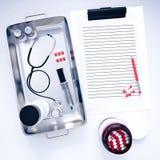 lavagna per appunti 3d con attrezzatura medica Fotografia Stock