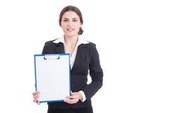 Lavagna per appunti della tenuta del direttore di marketing della donna con Libro Bianco in bianco Immagini Stock Libere da Diritti