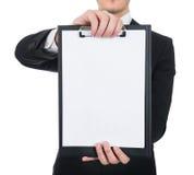 Lavagna per appunti della tenuta dell'uomo d'affari con carta in bianco immagini stock