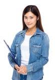 Lavagna per appunti della tenuta della giovane donna Immagini Stock Libere da Diritti
