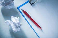 Lavagna per appunti di carta sgualcita della penna del biro delle palle immagini stock