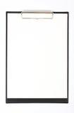 Lavagna per appunti nera con i fogli bianchi di carta isolati su bianco Fotografia Stock Libera da Diritti