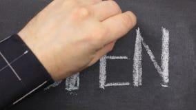Lavagna piccola con la parola aperta, scritto su in gesso Colpo lungo il contorno con gesso archivi video